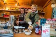 Yvonne Hüsler (links) und Natalie Ehrenzweig mit Rentier-Eintopf und norwegischen Süssigkeiten. (Bild: Dominik Wunderli (Luzern, 13. Dezember 2018))