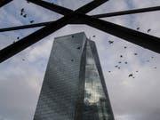 Die EZB hat ihren Zinsentscheid bekannt gegeben: Der Hauptsitz in Frankfurt (Archivbild). (Bild: KEYSTONE/dpa/BORIS ROESSLER)