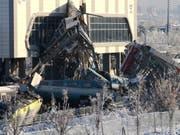 Die ineinander geschachtelten Wagen der verunglückten Zugskomposition in Ankara. (Bild: KEYSTONE/EPA/STRINGER)