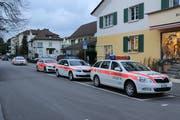 Die Polizeipräsenz in der Äbtestadt ist goss: Ganze Kolonnen von Einsatzfahrzeugen säumen die Strassen.