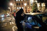Verschärfte Kontrollen: Ein Polizeibeamter überprüft einen Wagen in der Strassburger Innenstadt. (Bild: Christophe Ena/AP (12. Dezember 2018))
