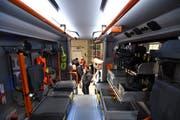 Ein Blick ins Innere des neuenRüstlöschfahrzeugs, wo die Feuerwehrleute Platz nehmen, wenn sie zu einem Einsatz fahren. (Bild: Manuel Nagel)