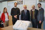 Das Architektenteam erklärt das Siedlungsprojekt: v.l. n. r. Katja Albiez, Martin Schiess, Rolf Heinzmann, Markus Lüscher und Luc Kummer (Bild: Sandro Büchler)