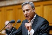 Adrian Amstutz stellt dem Bundesrat die Tuberkulose-Frage. (KEYSTONE/Peter Klaunzer)