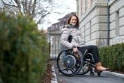 Manuela Leemann ist «Querschnittgelähmte des Jahres 2018» neu Mitglied des Kantonsrats und GGR. Im Bild ist sie vor dem Regierungsgebäude Zug.(Bild: Maria Schmid ( Zug, 14. Dezember 2018 ))