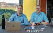 Joel (links) und Marc Hutter in ihrem Sitzungszimmer, dem Wintergarten zuhause.Bild: Chris Eggenberger