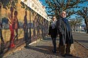 Monika Sigrist und Gabor Fekete vor der von ihnen gestalteten Bretterwand vorm Hotel Palace in Luzern. (Bild: Dominik Wunderli (Luzern, 12. Dezember 2018))
