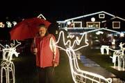 Die Weihnachtsbeleuchtung von Ernst Häusler an der Wilbrunnenstrasse in Unterägeri erstreckt sich über rund 2000 Quadratmeter von seinem Haus bis an den See. (Bild: Maria Schmid (Unterägeri, 9. Dezember 2018))