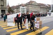 Personen einer breiten Koalition aus rund 80 Organisationen reichen am Montag, 10. Oktober 2016, die Konzernverantwortungsinitiative in Bern ein. (Bild: Peter Schneider/Keystone)