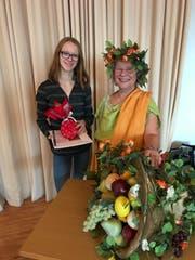 Nadine Hutter bekommt ihren Preis von Glücksgöttin Fortuna, dargestellt von Regula Steinmann, der Präsidentin des Lateinischen Kulturmonats. (Bild: pd)