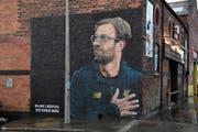 Liverpool-Trainer Jürgen Klopp prangt überdimensional auf einer Hauswand mitten in der Stadt Liverpool. (Bild: Paul Ellis/AFP (10. Dezember 2018))