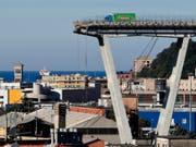 Der letzte verbliebene Lastwagen auf der eingestürzten Morandi-Brücke in Genua ist entfernt, nun wird die Baustelle für den Abriss der Brückenreste eingerichtet. Ziel ist eine komplett neue Brücke bis Ende 2019. (Bild: KEYSTONE/AP/ANTONIO CALANNI)
