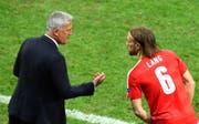 Auch in der Nationalmannschaft eine Stütze: Lang im Gespräch mit Vladimir Petkovic. (Bild: ap)