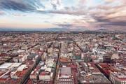 Ort für Mutproben und Fluchtwege: Mexico Citys Dächerlandschaft steht für die Parallelwelt, in welcher der junge Romanheld Juan Guillermo lebt. (Bild: Getty)