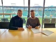 Nicolas Lüchinger (rechts) bei der Vertragsunterzeichnung mit Sportchef Alain Sutter. (Bild: pd)