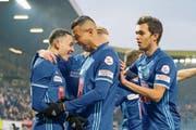 Ruben Vargas (links) nimmt nach seinem Treffer zum 2:0 die Gratulationen der Teamkollegen entgegen. (Bild: Martin Meienberger/Freshfocus (Luzern, 16. Dezember 2018))