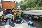 Die Freiwillige Feuerwehr Zug im Einsatz als Stützpunktfeuerwehr bei einem Verkehrsunfall. (Bild: PD/FFZ)