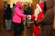 Religionstreffen in Rosa, Rot und Braun: Muslima trifft auf Samichlaus und Schmutzli. (Bild: Christof Lampart)