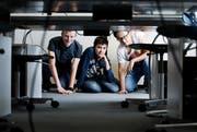 Cyrill von Flüe (links), Thibault Cangemi und Ryan Zhiang Chen kennen sich aus mit Informatik. (Bild: Stefan Kaiser (Zug, 12. Dezember 2018)
