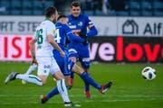 Mit Hochgeschwindigkeitsfussball zur 2:0-Führung gegen St. Gallen: FCL-Rechtsaussen Ruben Vargas (Mitte) trifft mit dem linken Fuss. (Bild: Martin Meienberger/Freshfocus (Luzern, 16. Dezember 2018))