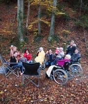 Ergotherapie-Studentinnen und Bewohner des Tobler Alterszentrums Sunnwies geniessen ihren Ausflug in den Wald. (Bild: ZVG)