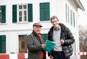 Stiftungsrat Toni Trottmann und Geschäftsleiter Tobias Arnold vor dem Gebäude, das umgebaut wird. (Bild: Stefan Kaiser (Hagendorn, 10. Dezember 2018))