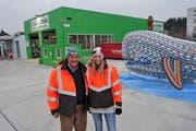 Karin und ihr Vater Albert Bertschi freuen sich in Muri über das dritte Recycling-Paradies im Kanton Aargau. (Bild: Eddy Schambron (15. Dezember 2018))