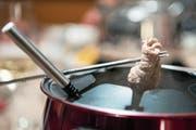 Beim Fondue chinoise sollte das Fleisch – vor allem Geflügel – immer gut durch sein. (Bild: Peter Schneider/KEY)