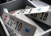 Das Zuger Strassenverkehrsamt versteigert tiefe Schildernummern. Auch viele Private versuchen, ihre Schilder zu verkaufen. (Bild: Stefan Kaiser (Steinhausen, 12. Februar 2018))