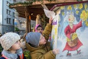 Milow (gestreifte Kappe), Serena (gepunktete Kappe) und Arija beim Christkindli-Briefkasten. (Bild: Dominik Wunderli (Luzern, 12. Dezember 2018))