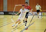 Der Zuger Steven Fiechter am Ball, verfolgt von Paolo Riedi (Chur). (Bild: Stefan Kaiser (Zug, 15. Dezember 2018))
