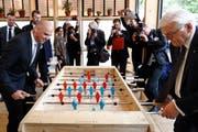 Bundespräsident Alain Berset, links, und der deutsche Bundespräsident Frank-Walter Steinmeier spielen Tischfussball. (Keystone/Peter Klaunzer (Freiburg, 26. April 2018))