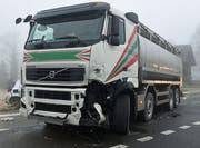 Auch der Lastwagen wurde beim Unfall beschädigt, dessen Fahrer verletzt. (Bild: Luzerner Polizei)