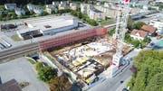 Direkt beim Bahnhof entstehen die 82 Wohnungen. (Bild: PD)