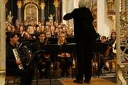 Goran Kovačević begleitet den gemischten Chor unter der Leitung von Dieter Jordi. (Bild: Inka Grabowsky)