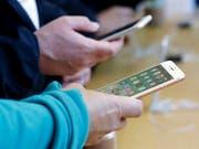 Weko pfeift Apple wegen Behinderung von Twint zurück. (Bild: KEYSTONE/AP/JEFF CHIU)
