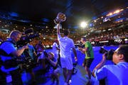 Roger Federer hält seine Trophäe in die Höhe. (Bild: Tracey Nearmy/EPA (Melbourne, 28. Januar 2018))
