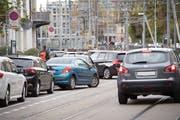 Wegen falsch parkierter Autos bleiben an der Bahnhofstrasse Züge der Appenzeller Bahnen regelmässig stecken. Deshalb will die Stadt die Parkplätze schon vor der Eröffnung des UG 25 aufheben. (Bild: Ralph Ribi/31. Oktober 2018)
