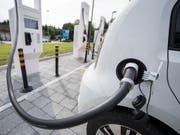 Unter Strom für die volle Elektromobilität: eine Roadmap weist Unternehmen und Behörden den Weg. Bis 2022 sollen 15 Prozent der zugelassenen Neuwagen Elektromobile sein. (Bild: KEYSTONE/URS FLUEELER)