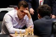 Magnus Carlsen (links) während dem Spiel gegen Fabiano Caruana. (Bild: Frank Augstein/AP (London, 28. November 2018))