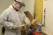Drechsler Arthur Bossi bei seiner Arbeit im Atelier. (Bild: Paul Gwerder, 14. Dezember 2018)
