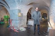 Stiftsbibliothekar Cornel Dora im Gewölbekeller, wo bald das wertvolle «Evangelium longum» zu sehen sein wird. (Bild: Urs Bucher)