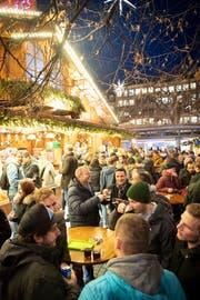 Beliebter Treffpunkt nach Feierabend: Einer von vier Glühwein-Ständen am St.Galler Weihnachtsmarkt. (Bild: Ralph Ribi)
