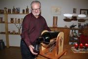 Arthur Bossi inmitten seiner Vasen bei der Präsentation seines Weineinschenkers, in dem bis zu 20 Liter fassende Magnumflaschen Platz haben. (Bild: Paul Gwerder, 14. Dezember 2018)