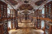 Reflektierende Buchrücken in der Stiftsbibliothek. (Bild: Urs Bucher)