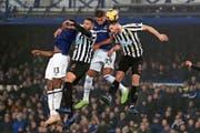 Seit er in England spielt, trägt Fabian Schär (rechts, im Spiel gegen Everton) einen Bart. (Bild: Peter Byrne/AP)