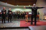 Der Kirchenchor Hünenberg feiert unter der Leitung von Dirigent David D. Schneider (rechts) Welturaufführung mit den Solisten Christian Peter Meier (links) und Philippe Koller (Mitte). (Bild: Patrick Hürlimann (Hünenberg, 1. Dezember 2018))