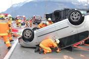 Schwierig gestaltete sich vor allem die Bergung der Verletzten aus dem umgestürzten Fahrzeug. (Bild: Paul Gwerder, Erstfeld, 1. Dezember 2018)