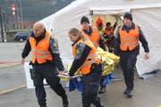 Nach der Erstversorgung wurden die Verletzten zu den bereitstehenden Ambulanzfahrzeugen getragen. (Bild: Paul Gwerder, Erstfeld, 1. Dezember 2018)