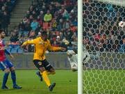 Die Entscheidung im St.-Jakob-Park: FCB-Keeper Jonas Omlin fliegt am Ball vorbei (Bild: KEYSTONE/GEORGIOS KEFALAS)